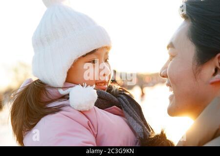 Der Vater und die Tochter spielen Eisbahn - Stockfoto
