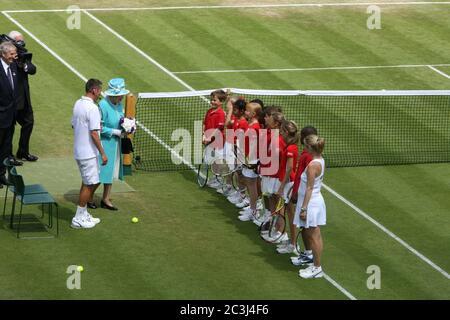 Königin Elizabeth II begrüßt Kinder auf dem Hof # 14 während ihres ersten Besuchs in Wimbledon seit 33 Jahren.