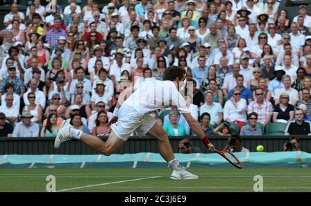 Andy Murray in Aktion während seines vierten Spielrunde gegen Sam Querrey in Wimbledon.