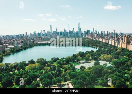 Circa September 2019: Spektakuläre Aussicht über den Central Park in Manhattan mit wunderschönen üppigen grünen Bäumen und Skyline von New York City
