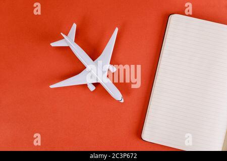 Vorbereitung für das Reisekonzept mit leeren Papiernotizen auf Flugzeug Kunststoff Modellflugzeug - Stockfoto