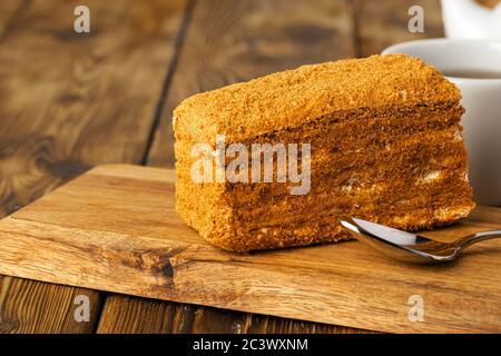 Stück Honigkuchen auf Küchentisch - Stockfoto