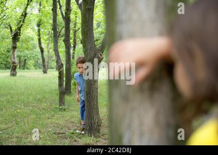 Kinder spielen verstecken und suchen