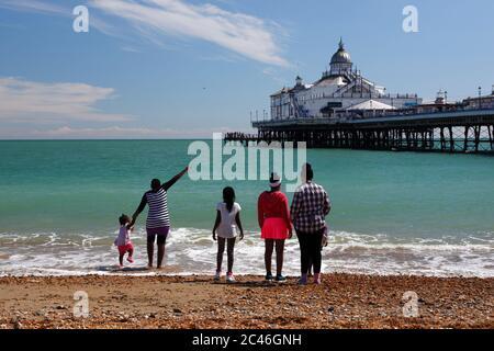 Strand und Pier mit Familie am Wasser, Eastbourne, East Sussex, England, Großbritannien, Europa - Stockfoto