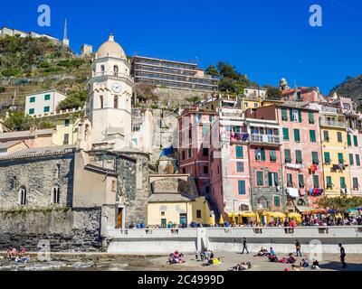 Blick auf Vernazza eines von fünf bunten Dörfern der Cinque Terre - Stockfoto
