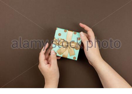 Geschenkbox in den Händen für festliche Veranstaltung, Mutter, Valentinstag, Jahrestag, weihnachten, Geburtstag. Grußkarte, Webbanner. Speicherplatz kopieren. - Stockfoto