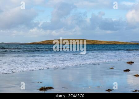 Ein Blick von Clachan Sands auf die Hebriden-Insel North Uist - Stockfoto