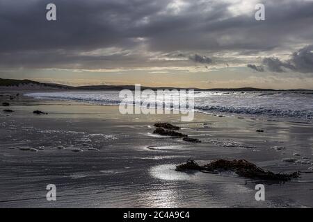 Das Sonnenlicht schimmert am Sandstrand, am Clachan Sands auf der Hebriden Insel von North Uist - Stockfoto