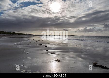 Sonnenlicht, das sich im nassen Sand spiegelt, bei Clachan Sands auf der Hebriden Insel North Uist - Stockfoto