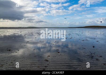 Reflexionen im Wasser bei Ebbe, Clachan Sands auf der Insel North Uist - Stockfoto