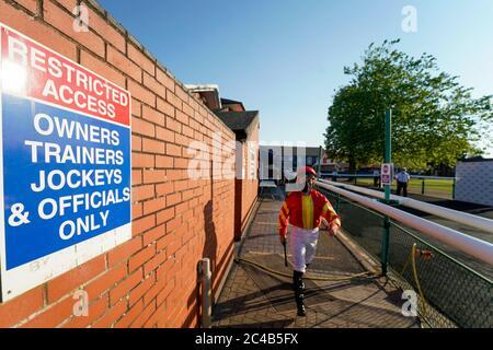 Ein allgemeiner Blick, als Jockeys den Wägeraum verlassen und sich auf den Weg zum Paradering auf der Leicester Racecourse machen.