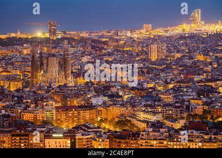 Luftaufnahme der Stadtlandschaft von Barcelona, einschließlich architektonischer Wahrzeichen Sagrada Familia Basilika beleuchtet in der Dämmerung, Katalonien, Spanien. - Stockfoto