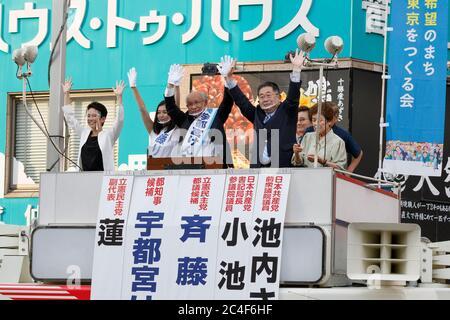 Tokio, Japan. Juni 2020. Der Gouverneurskandidat Kenji Utsunomiya (C) aus Tokio kämpft vor dem Bahnhof Akabane. Utsunomiya ist ehemaliger Präsident der Japan Federation of Bar Association und läuft, um der nächste Gouverneur von Tokio zu werden. Die japanischen Politiker Akira Koike und Renho kamen, um Utsunomiyas Kampagne zu unterstützen. Die Gouverneurswahl findet am 5. Juli statt. Quelle: Rodrigo Reyes Marin/ZUMA Wire/Alamy Live News - Stockfoto