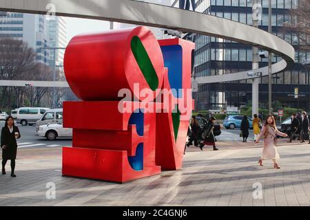 Straße in Tokyos Shinjuku-Gegend mit einer Robert Indiana 'Love'-Skulptur. - Stockfoto