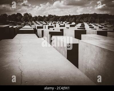 Berlin/Deutschland - 21. April 2014 : Denkmal für die ermordeten Juden Europas. Schwarzweißfotografie
