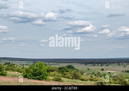 Grüne Quelle Panorama Landschaft ländlichen Ukraine Blick mit grauen dramatischen Himmel. Kitsewka, Charkiw Region Landschaft