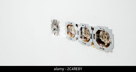 Paris, Frankreich - 8. Juni 2020: Reihe Mehrfachsteckdosen bei der Installation Sanierung der gesamten elektrischen Anlage im Haus mit RJ45-Internetkabel - Busch-Jaeger Elektro GmbH Made in Germany Zeichen - Stockfoto
