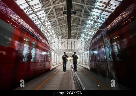 Moskau, Russland. Juni 2020. Ein Mann steht auf der Plattform des Bahnhofs Slawjansky Bulvar, der auf der MCD-1-Eisenbahnlinie als Teil der Moskauer Zentralen Durchmessern eröffnet wurde. Kredit: Sergei Karpukhin/TASS/Alamy Live Nachrichten - Stockfoto