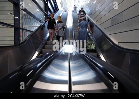 Moskau, Russland. Juni 2020. Passagiere nehmen Rolltreppen am Bahnhof Slawjansky Bulvar, der auf der MCD-1-Bahnlinie als Teil der Moskauer Zentralen Durchmessern eröffnet wurde. Kredit: Sergei Karpukhin/TASS/Alamy Live Nachrichten - Stockfoto