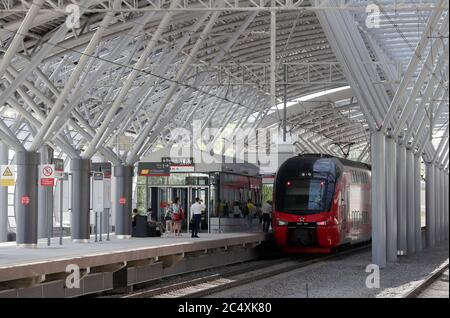 Moskau, Russland. Juni 2020. Ein Zug kommt am Bahnhof Slawjansky Bulvar an, der auf der MCD-1-Bahnlinie als Teil der Moskauer Zentralen Durchmessern eröffnet wurde. Kredit: Sergei Karpukhin/TASS/Alamy Live Nachrichten - Stockfoto