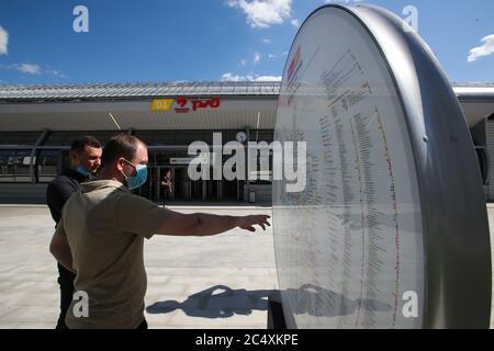 Moskau, Russland. Juni 2020. Männer lesen eine Karte außerhalb Slawjansky Bulvar Bahnhof eröffnet auf der MCD-1-Bahnlinie als Teil der Moskauer Central Durchmessern. Kredit: Sergei Karpukhin/TASS/Alamy Live Nachrichten - Stockfoto