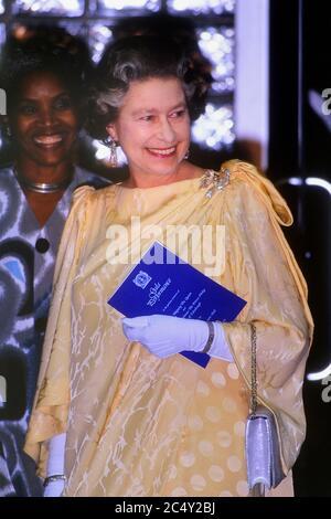 Eine lächelnde Königliche Hoheit Königin Elizabeth II., die während ihres viertägigen königlichen Besuchs auf Barbados am 8. Und 11. März 19 an einer Gala in der Frank Collymore Hall teilnahm