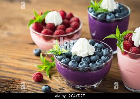 Beerenfrucht Dessert in der Glasschüssel