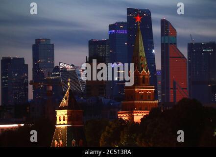Moskau, Russland. Juni 2020. Blick auf die Türme des Moskauer Kremls und das Moskauer Geschäftszentrum bei Nacht. Kredit: Sergei Fadeichev/TASS/Alamy Live Nachrichten - Stockfoto