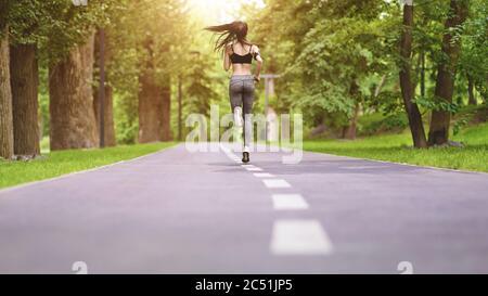 Gesunde Frau läuft morgens auf der Autobahn. Übergewicht