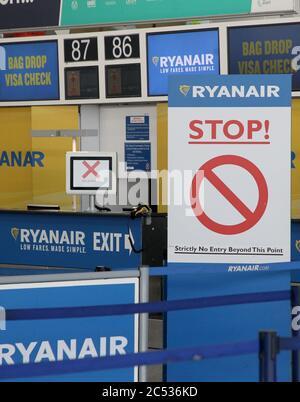 Stansted Airport, Großbritannien. Juni 2020. Die Ryanair Check-in-Schalter am Flughafen Stansted bleiben am Flughafen Stansted in Essex verlassen. Quelle: Jason Mitchell/Alamy Live News - Stockfoto