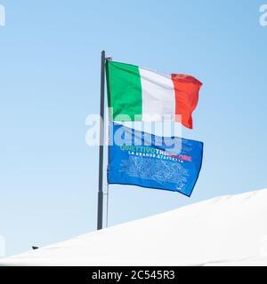 28.-2020. Juni, nach der Ankunft wurde die blaue Flagge des Teams Objective3 mit den Namen der Teilnehmer in der Staffel Tricolore von Alex Zanardi gehisst - Stockfoto