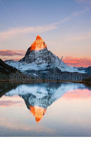 Matterhorn (4478 m), Blick auf den Riffelsee, Sonnenaufgang - Stockfoto