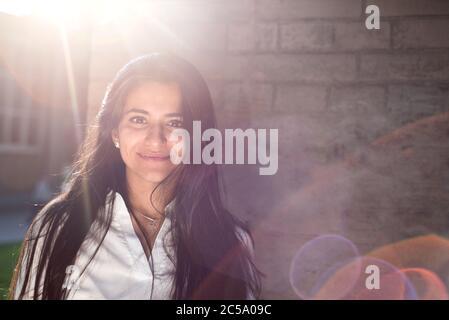 Porträt eines schönen jungen Mädchens, indische Nationalität. Auf dem Hintergrund der Wandstruktur. Im Freien