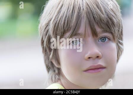 Porträt eines Jungen mit markanten blauen Augen - Stockfoto