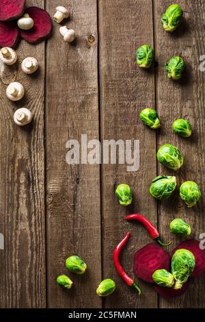 In Scheiben geschnittene rosenkohl und Paprika auf Schiefer Holztheke oben Hintergrund - Stockfoto