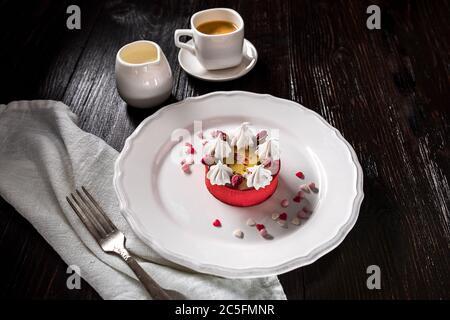 Karamell Käsekuchen mit Creme und Blumen auf dem Holzhintergrund - Stockfoto