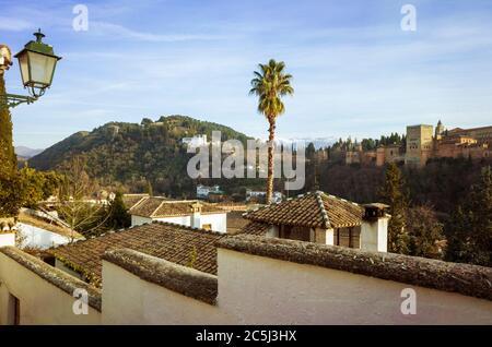 Granada, Spanien - 17. Januar 2020 : Alhambra Palast aus der UNESCO-Liste Albaicin Altstadt gesehen. - Stockfoto