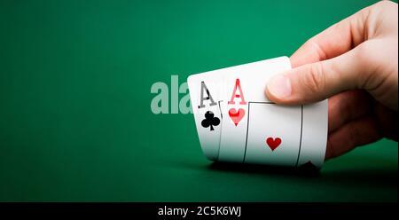 Karten auf einem grünen Tisch Casino mit Kopierplatz spielen - Stockfoto