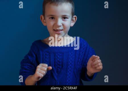 Studio-Porträt von Jungen in einem blauen klassischen Schirton auf blauem Hintergrund - Stockfoto
