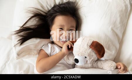 Happy kleine vietnamesische Kind Mädchen aufwachen am Morgen. - Stockfoto