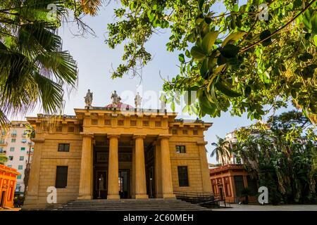 Tetrastyle Portikus mit dorischen Säulen, die zum Eingang des Gymnasiums führen. Architektur von Léon Dufourny. Botanischer Garten von Palermo (Orto Botanico di - Stockfoto