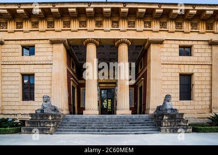 Sphinx-Skulpturen auf Treppenpfeilern schmücken die façade des Gymnasiums von Léon Dufourny (Architekt). Botanischer Garten von Palermo (Orto Botanico - Stockfoto