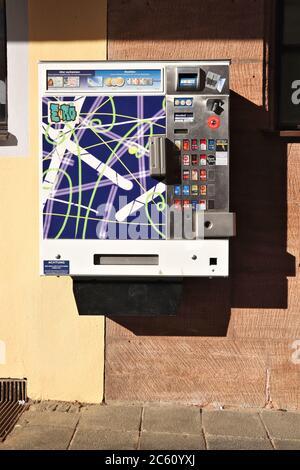 NÜRNBERG, DEUTSCHLAND - 6. MAI 2018: Zigarettenautomat in Nürnberg, Deutschland. Die Maschinen sind in Deutschland weit verbreitet. Sie führen Alterskontrollen durch - Stockfoto