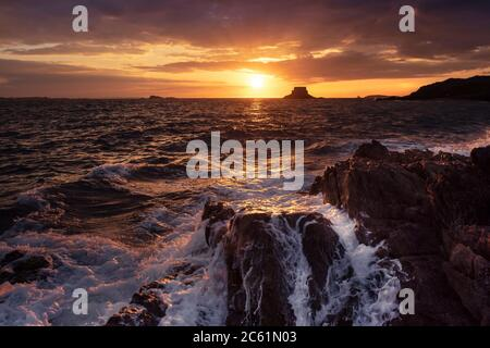Sonnenuntergang über der Küste des Saint Malo, Frankreich