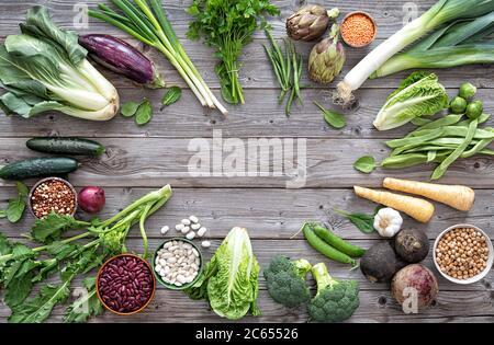 Sortiment an frischem Bio-Gemüse für gesunde Ernährung und Ernährung auf dem rustikalen Holztisch