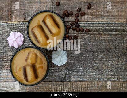 Kalter Sommerkaffee, Latte, Frappe, frappuccino mit frischem Baiser - Stockfoto