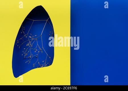 Lungen Symbol Papierkunst mit trockenen Zweigen, blau und gelb. Welttag der Tuberkulose. Gesundheitswesen, Medizin, Lungenkrebs, interne Spenderorgan und STOP s - Stockfoto