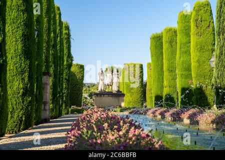 Zypressen, Statuen und Brunnen in den Gärten des Alcazar de Los Reyes Cristianos, UNESCO-Weltkulturerbe, Cordoba, Andalusien, Spanien, EUR - Stockfoto