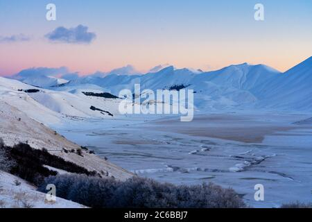 Plateau Piano Grande di Castelluccio di Norcia im Winter, Sibillini Berge, Umbrien, Italien, Europa - Stockfoto