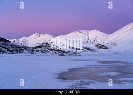 Plateau Piano Grande di Castelluccio di Norcia und Monte Vettore im Winter, Sibillini Berge, Umbrien, Italien, Europa - Stockfoto